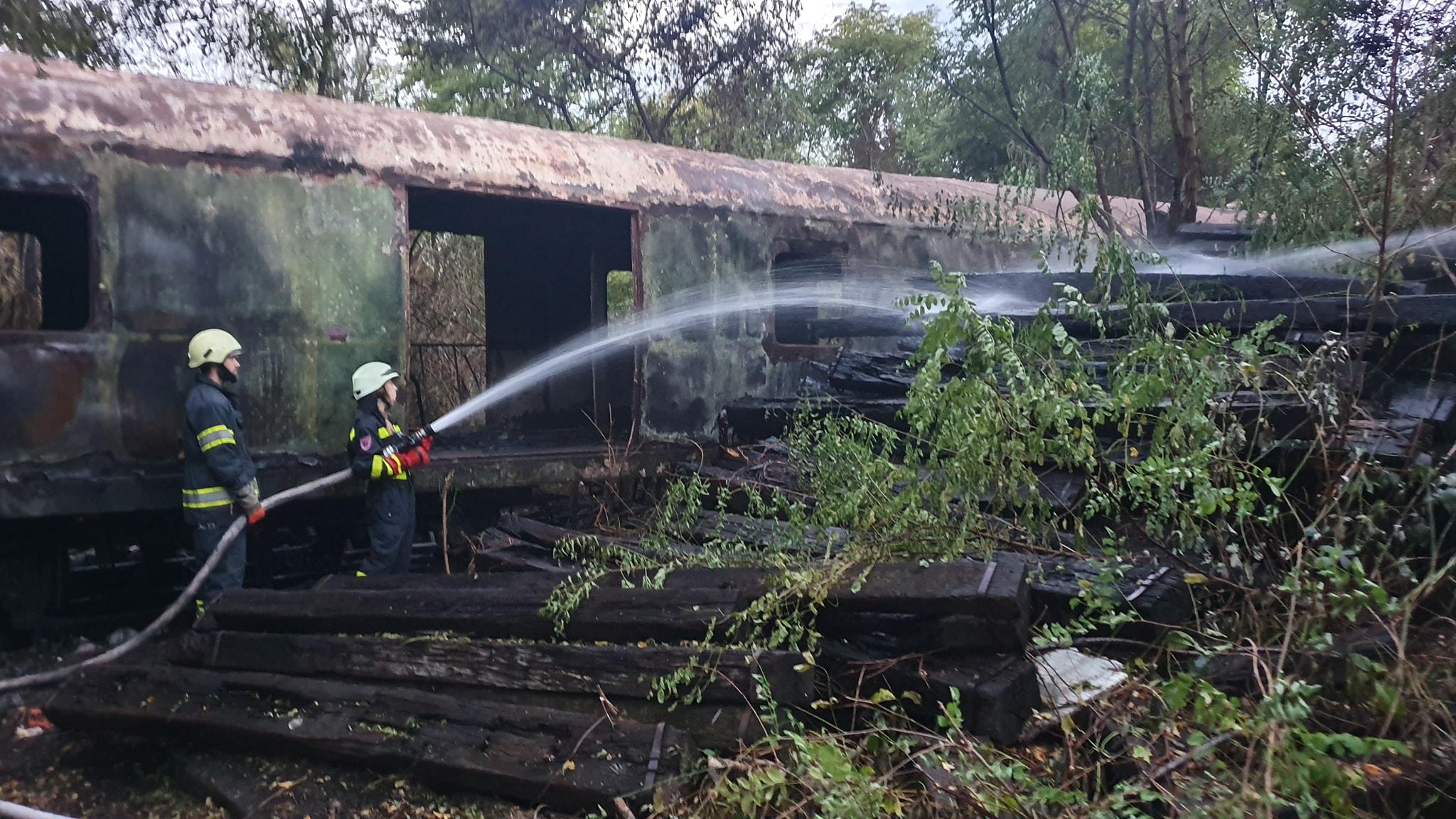 Požar otvorenog prostora vagona i drvenih greda u Kampusu Borongaj